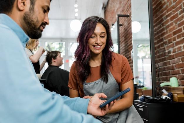 Homem escolhendo um penteado em um barbeiro