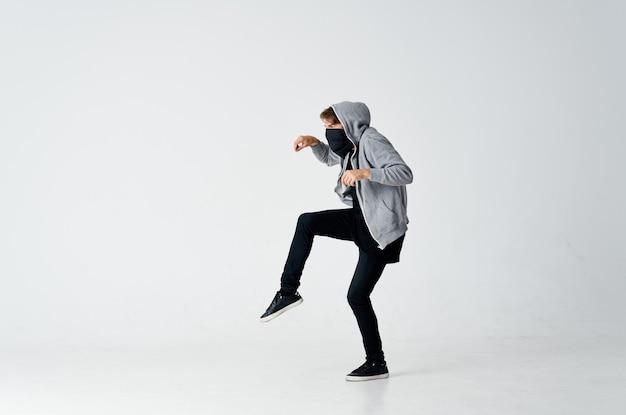 Homem escondendo o rosto na máscara encapuzada roubando fundo isolado
