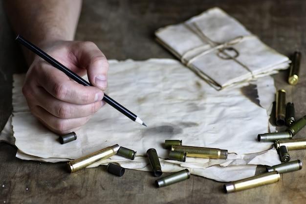 Homem escreve carta retrô bullet na mesa