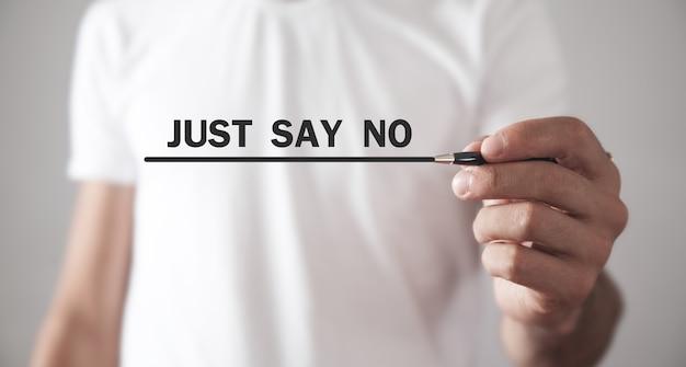 Homem escrevendo apenas diga não na tela.