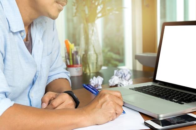 Homem, escrita, ligado, papel, trabalho, com, papel amarrotado, bola, escrivaninha, de, misteakn