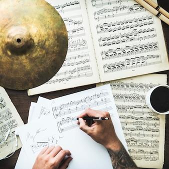Homem, escrita, notas musicais