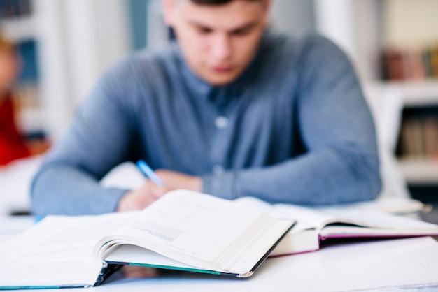 Homem, escrita, tabela, com, livros