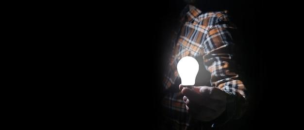 Homem escuro com lâmpada incandescente