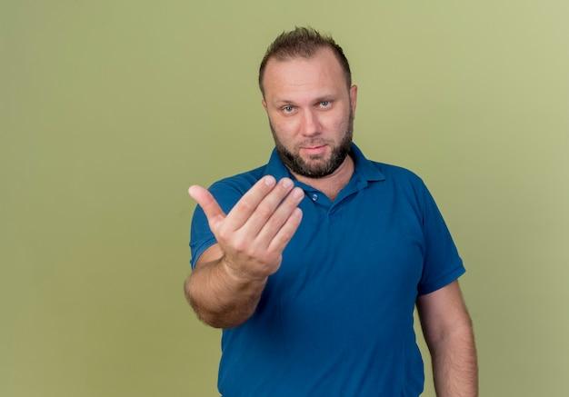 Homem eslavo adulto confiante fazendo gesto de
