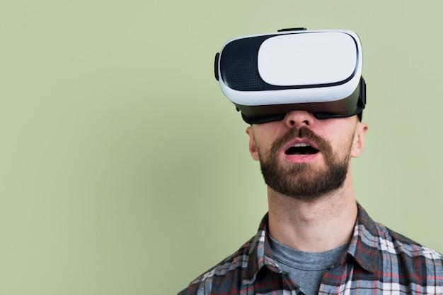 Homem espantado com óculos de realidade virtual