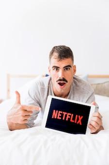 Homem espantado recomendando netflix