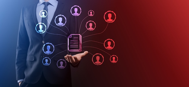 Homem espera ícone de documento e usuário. sistema de gerenciamento de dados corporativo dms e conceito de sistema de gerenciamento de documentos. o empresário clica ou publica em um documento conectado a usuários corporativos.