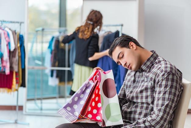 Homem, esperando, para, seu, esposa, durante, natal, shopping