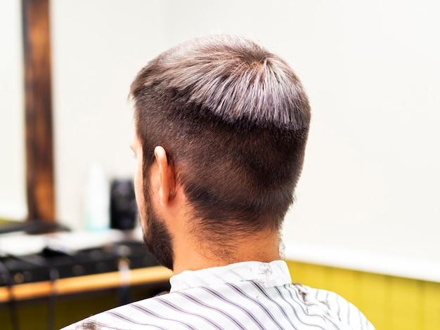 Homem, esperando, para, um, corte cabelo, em, um, barbeiro, loja