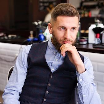 Homem esperando por um novo corte de cabelo