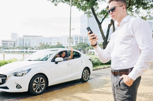 Homem esperando um taxi Foto Premium