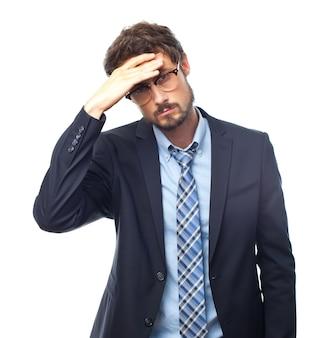 Homem esperto com dor de cabeça e uma mão na testa