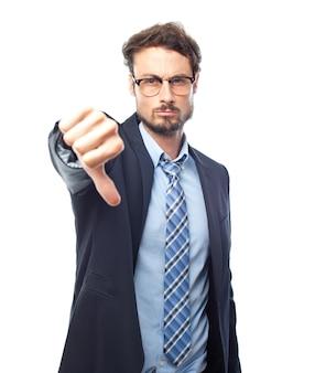 Homem esperto com polegar para baixo