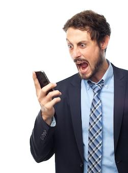 Homem esperto gritando com um telefone