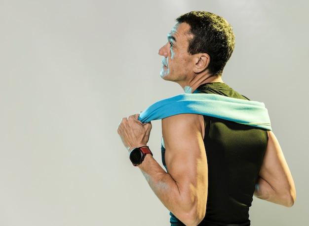 Homem esportivo com toalha