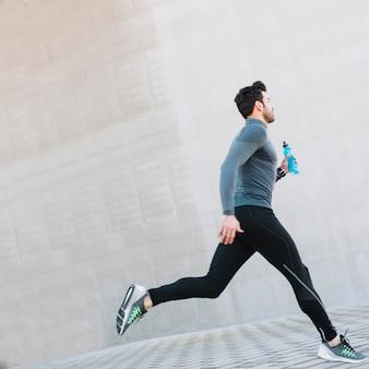 Homem esportivo correndo na rua