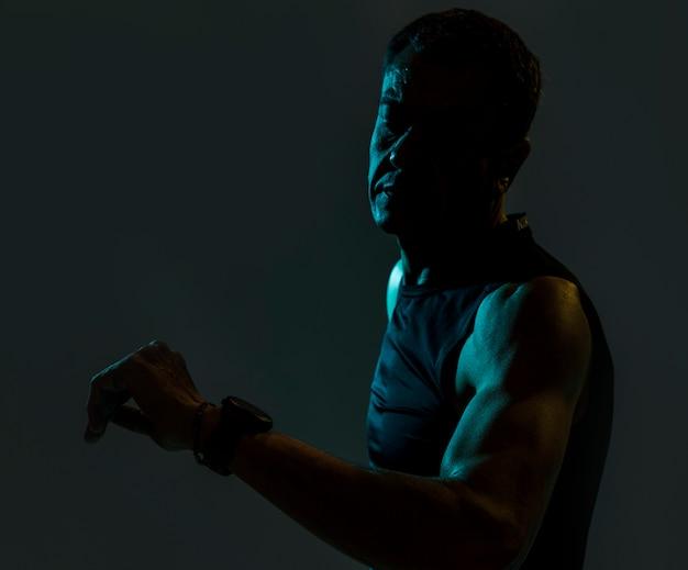 Homem esportivo no escuro