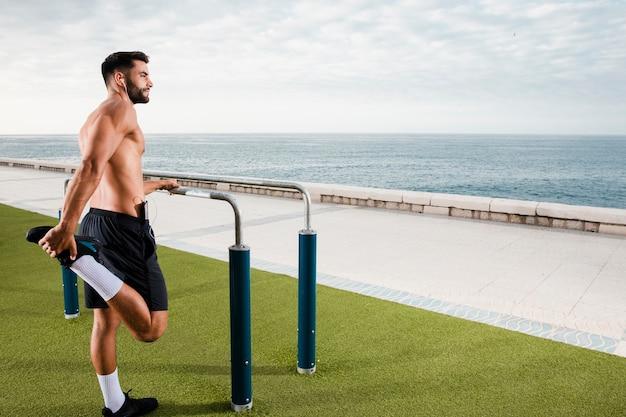 Homem esportivo se aquecendo antes do treino