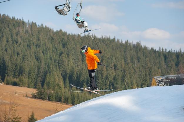 Homem esquiador em voo durante um salto sobre um obstáculo