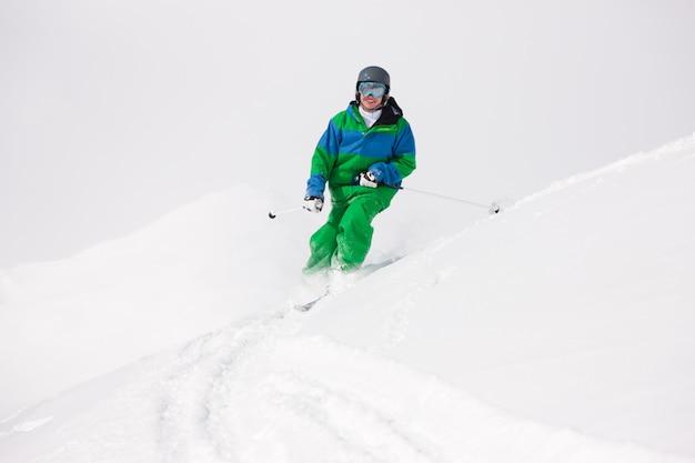 Homem, esquiando, declive