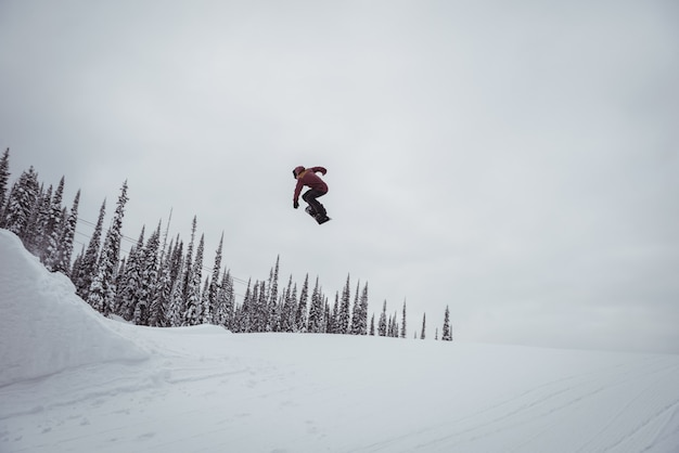 Homem esquiando nos picos nevados de uma estação de esqui