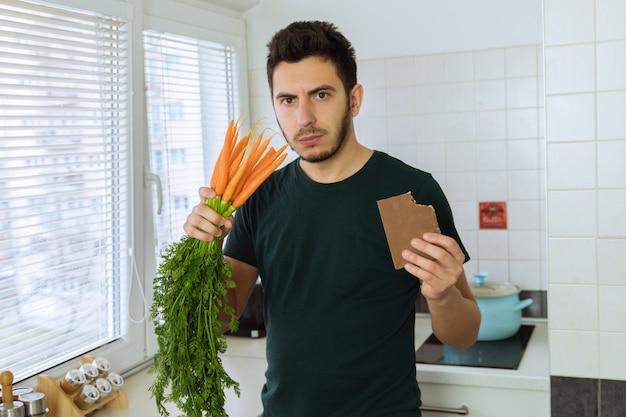 Homem está com raiva e chateado, ele não quer comer legumes.