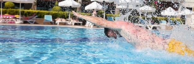 Homem está envolvido em nadar na piscina