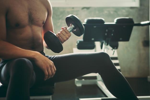 Homem está exercitando