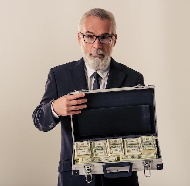 Homem está mostrando um caso aberto de dinheiro