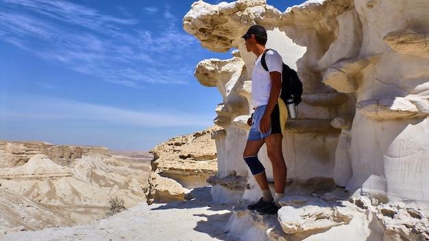 Homem está no fundo do canyon ein avdat, no deserto de negev. israel.