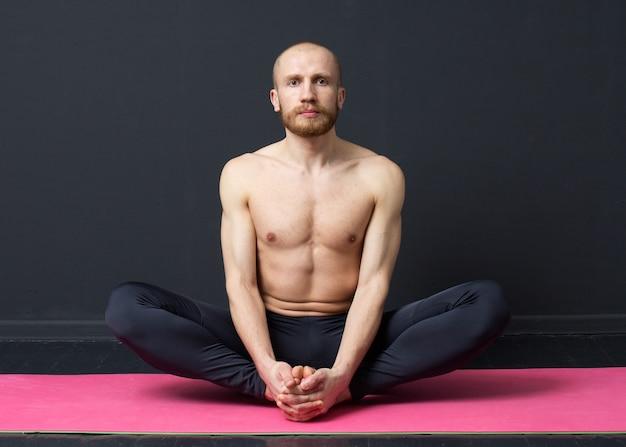 Homem está realizando alongamento muscular na virilha