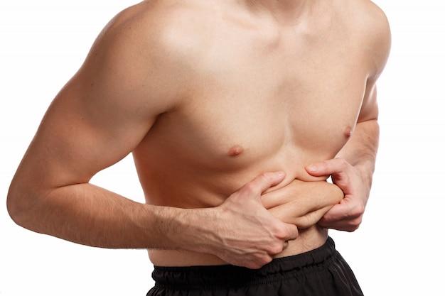 Homem está segurando gordura na barriga
