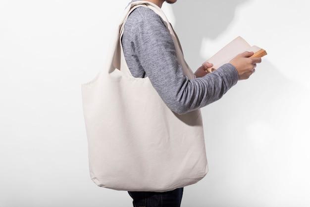 Homem está segurando o saco de lona