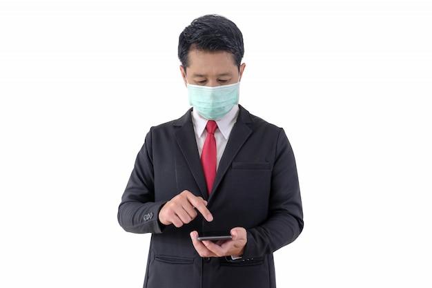 Homem está usando o telefone e vestindo uma máscara facial