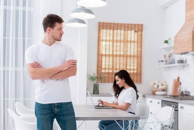 Homem estar com raiva de sua namorada viciada em internet