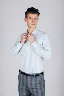 Homem estiloso camisa azul na luz