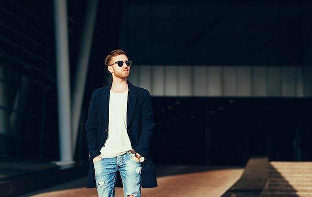 Homem estiloso com óculos de sol