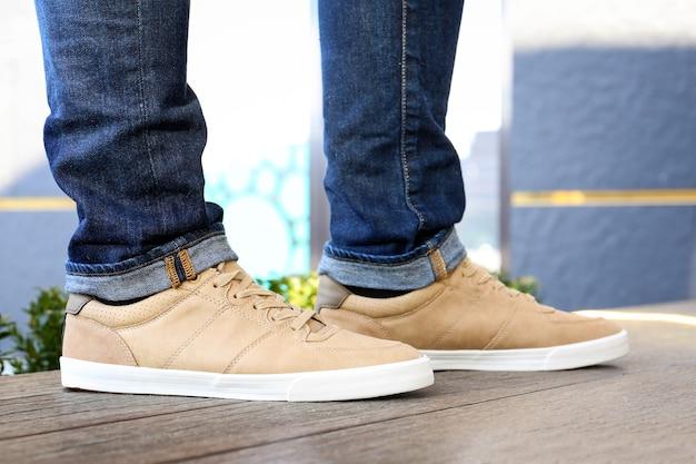 Homem estiloso com sapatos bege ao ar livre