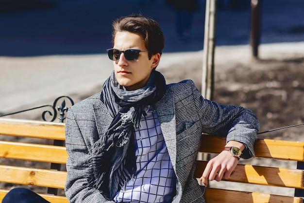 Homem estiloso em óculos de sol na rua