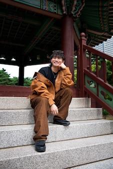 Homem estiloso em roupas k-pop na cena urbana