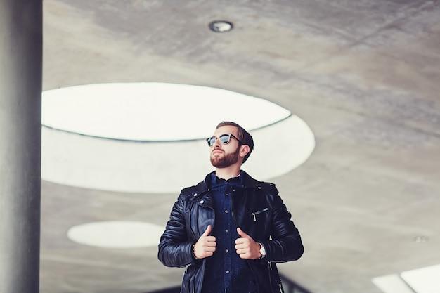 Homem estiloso na jaqueta de couro