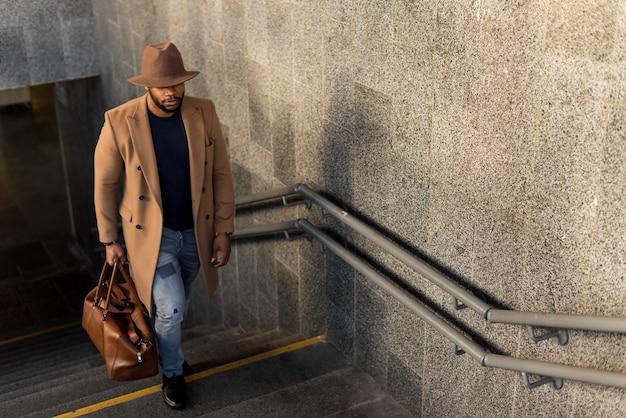 Homem estiloso posando de forma misteriosa com espaço de cópia