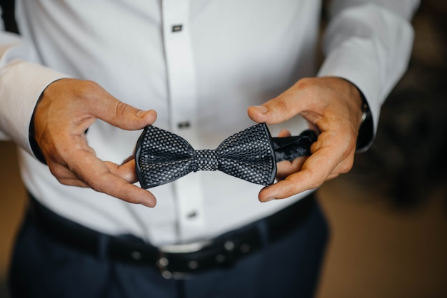 Homem estiloso segurando um close de borboleta. moda.