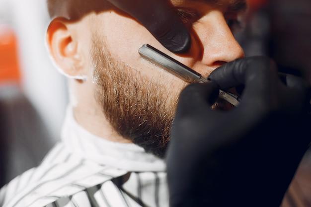 Homem estiloso sentado em uma barbearia