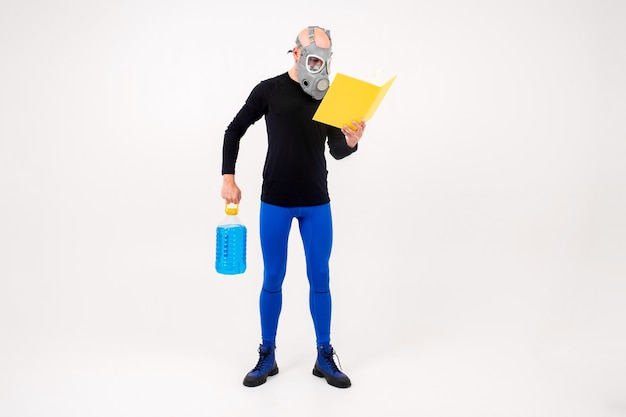 Homem estranho engraçado no respirador lendo livro amarelo e segurando uma garrafa azul sobre fundo branco