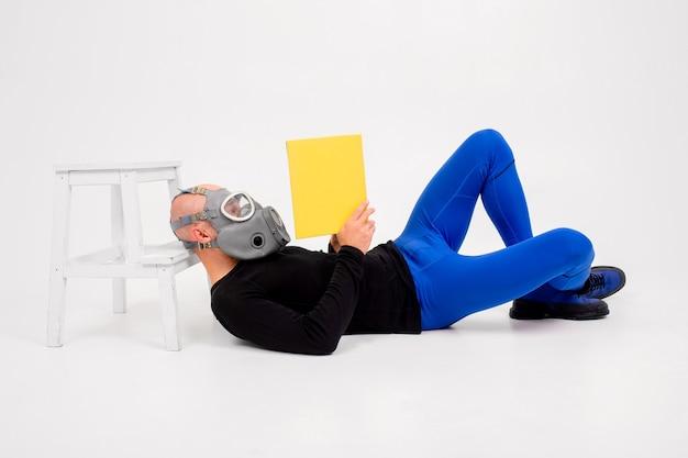 Homem estranho engraçado no respirador lendo sobre fundo branco