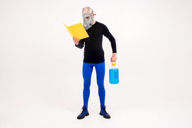 Homem estranho engraçado no respirador lendo um livro amarelo e segurando uma garrafa azul