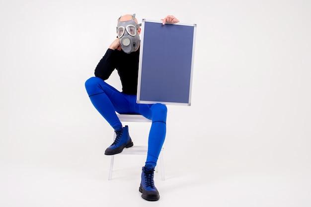 Homem estranho engraçado no respirador sentado na escada com um marcador sobre fundo branco