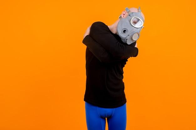 Homem estranho engraçado posando com respirador